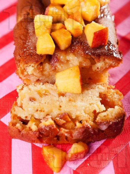 Обикновен маслен кекс / сладкиш с прясно мляко и нектарини или праскови - снимка на рецептата